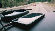 Bahayanya Charging Handphone di Mobil