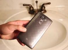 Nekat, Orang Ini Rendam LG G4 dalam Air